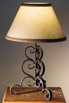 Abat jour a una luce in ferro battuto - decoro: Volute