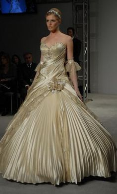 Used Pnina Tornai Wedding Dress 31800089/ 4024, Size 2    Get a designer gown for (much!) less on PreOwnedWeddingDresses.com