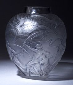 "LALIQUE ""Archers"" vase, circa in clear and frosted glass with blue-gray patina. Alphonse Mucha, My Glass, Glass Art, Chandeliers, Vases, Art Nouveau, Paris Art, Teapots And Cups, Glass Collection"