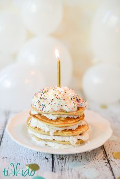Easy Birthday Cake Pancakes Made With Cake Batter - - Easy Birthday Cake Pancakes Made With Cake Batter Rezepte süß Einfache Geburtstagstorte Pfannkuchen mit Kuchenteig gemacht Cake Batter Pancakes, Birthday Cake Pancakes, Pancakes Easy, First Birthday Cakes, Special Birthday, First Birthday Brunch, Waffles, Birthday Ideas, Donut Party