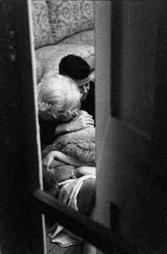 Secret photo of Marilyn Monroe and JFK cuddling on the floor of her home
