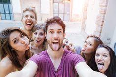 Selfies liegen im Trend, sind hip und cool. Doch die lustigen Selbstporträts haben auch eine dunkle Seite. 10 unbequeme Wahrheiten über Selfies.  http://karrierebibel.de/selfie/