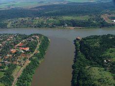 Argentina, Brasil e Uruguay.  Nas terras do lado direito que existe um forte, esse forte era usado em 1800 por Portugal para defender a colônia dos espanhóis.