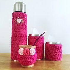 Set 1L c/ termo bordado y florcitas en mate Crochet Shoes, Knit Crochet, Bottle Cover, Flask, Crochet Projects, Crochet Patterns, Stitch, Embroidery, Knitting