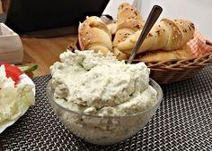 Kdo má rád chuť modrého sýru, nivovou pomazánku bude milovat. Přitom ji lze připravir rychle, pomocí metličkového šlehače, skládá se totiž jen ze tří surovin! Pesto, Ice Cream, Desserts, Recipes, Food, No Churn Ice Cream, Tailgate Desserts, Deserts, Icecream Craft