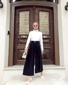 L'image contient peut-être: 1 personne, debout The clothing culture is very old. Hijab Casual, Modest Fashion Hijab, Modern Hijab Fashion, Street Hijab Fashion, Hijab Fashion Inspiration, Muslim Fashion, Modest Outfits, Fashion Outfits, Ootd Hijab
