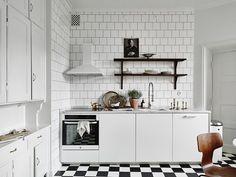 Step Inside a Monochrome Scandinavian Apartment · Savvy Home Scandinavian Apartment, Scandinavian Interior, Home Interior, Kitchen Interior, Interior Design, Scandinavian Kitchen, Apartment Kitchen, Bright Kitchens, Home Kitchens