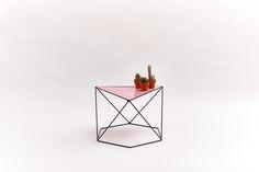 6X120° – Zwart/roze #design #wiretable #sidetable #table #dutchdesign #steel #steeltable #hexagon #angle #symmetry #black #pink