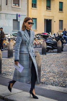 On a tight budget? Don't worry—these 11 style tips will help your wardrobe look chic on a dime. Street Style Trends, Milan Fashion Week Street Style, Look Fashion, Korean Fashion, Womens Fashion, Fashion Design, Fashion Trends, Cheap Fashion, White Fashion