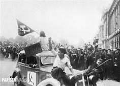 Guerre 1939-1945. Libération de Paris. Voiture de communistes (FTP, Francs-tireurs et partisans), place de la Concorde, août 1944.