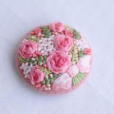 * . ピンクのブローチ . . #刺繍#手刺繍#手芸#embroidery#handembroidery#stitching#needlework#자수#broderie#bordado#вишивка#stickerei