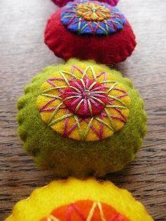 pincushions. by yvette Felt Diy, Felt Crafts, Fabric Crafts, Sewing Crafts, Sewing Projects, Craft Projects, Diy Crafts, Felt Embroidery, Felt Applique