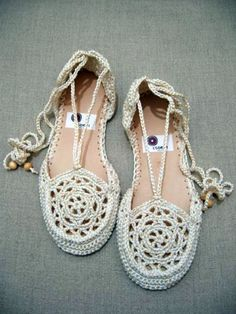 Hey, I found this really awesome Etsy listing at http://www.etsy.com/listing/110171292/summer-shoes-crochet-pattern