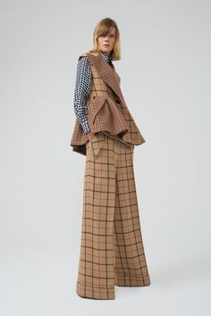 The complete Dice Kayek Pre-Fall 2018 fashion show now on Vogue Runway.