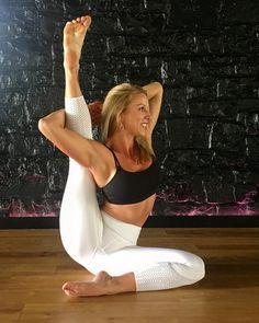 Upward Bound Hands Sundial Pose 1 #Yoga #yogini #yogainspiration #sundialpose #asana #breathe #yogaeverydamnday #blackswanyoga