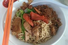 Kolo Mee (Noodles) is one of the most popular, readily available (locally) wholesome meal for the locals and visitors alike. It is a substitute staple food for rice. Eating is the past time of eve… Noddle Recipes, Kuching, Food Staples, Asian Recipes, Noodles, Lunch, Beef, Meals, Dinner
