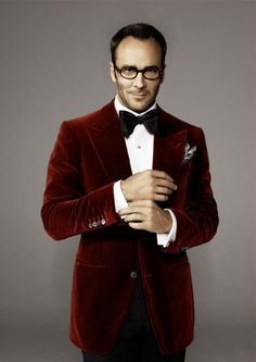 Tom Ford, one of the most influential designers of the Tom Ford is an American fashion designer and film director. He gained international recognition and fame for his turnaround of the Gucci fashion house and the creation of the Tom Ford label. Fashion Rocks, Look Fashion, Mens Fashion, Gucci Fashion, Velvet Dinner Jacket, Red Velvet Jacket, Mens Red Velvet Blazer, Blue Velvet, Sharp Dressed Man