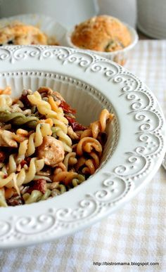 Sałatka z makaronem, kurczakiem i suszonymi pomidorami Pasta Salad, Salads, Recipies, Spaghetti, Food And Drink, Ethnic Recipes, Cos, Chill, Diet