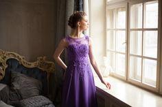 Прокат,аренда и заказ вечерних платьев Челябинск. Элегантное вечернее платье в пол насыщенного фиолетового цвета. Верх платья из сетки с нашитым кружевом и бусинами. Юбка двухслойная. Нижний слой -атлас на подкладе, верхняя юбка из шифона.  В платье вшиты чашки бюстгальтера. Застегивается на молнию. Размер платья 42-44 (XS-S) 85.5см-66.5см-92см. Длина платья от плеча до подола 149см. Стоимость аренды платья на  1-3 суток 1000руб. Ждем Вас на примерку ! Наш тел. 89507246600
