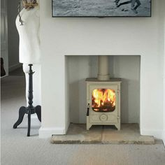 The Charnwood Country 4 Wood Burning stove uses a clean-burn airwash system using preheated air for combustion purposes which ensures clean glass and reduced emissions even when using as a woodburner. It has a single door with large ceramic glass panel