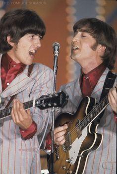 熱唱するジョージ(左)とジョン(右)