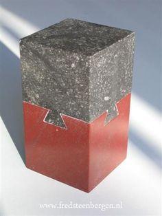 De mooiste urn die ik gemaakt heb. Van 4 kanten zwaluwstaart uit harde steen. Aan de binnenkant ruimte voor de as.