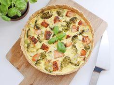 Opskrift på grov laksetærte med broccoli og porre - nem og sund aftensmad med masser af grønt. Tærten er også skøn på madpakken dagen efter.