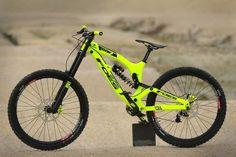 Oh sweet beauty. E Mountain Bike, Hardtail Mountain Bike, Mt Bike, Motorcycle Bike, Fully Bike, Bmx Vintage, Cycle Pic, Mountain Bike Accessories, Downhill Bike
