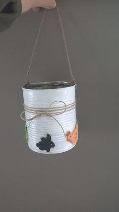 Seau / panier avec boîte de conserve pour ramasser les oeufs de Pâques.