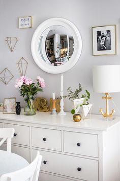 Nasz salon na lato w stylu Hamptons! Modne dodatki do salonu na lato, pomysły na dekoracje do jasnego salonu, wnętrza w amerykańskim stylu.