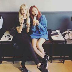 "511 Me gusta, 11 comentarios - BLΛƆKPIИK 블랙핑크 (@blackpink.yg) en Instagram: ""[UNSEEN] Predebut Lisa & Rosé (Early 2016)  via roseannedays  #BLACKPINK #ROSÉ #LISA #블랙핑크 #로제 #리사"""