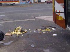 Ambulantes tiran desperdicios en vía pública