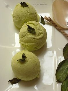 Basil Ice Cream with Greek Yogurt - Helados - Helados Vegan Candies, Vegan Desserts, Just Desserts, Basil Ice Cream, Decadent Cakes, Ice Ice Baby, Nice Cream, Homemade Ice, Greek Yogurt