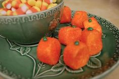 {Super Easy Marshmallow Pumpkins} Wow, that is crazy easy. So cute.