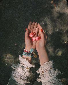 Stay in your magic.  . . Cudowny sezon letnich owoców i warzyw. Różowieją w słońcu słodkie maliny rumienią na ich widok soczyste czereśnie. Pomidory w końcu nie smakują jak pergamin a mi po nocach śnią się poziomki i jagody w jogurcie i cukrze.  Kochanie? - zagaduję męża sznurując różowego jak truskawki ze śmietaną air maxa - Jakie letnie owoce chciałbyś abym kupiła dziś na targu..? - Banany i gruszki. Kurtyna.  Był to odcinek z serii zła żona. Bo gruszek i bananów to ja conajmniej do…