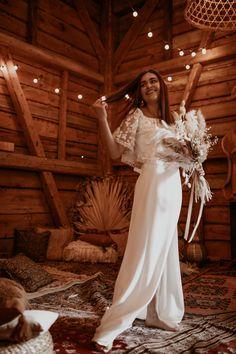 Zur Idee einer gemütlichen, kleinen Wedding in Barn passt ein stilvolles Picknick viel besser als eine Festtafel. Hochzeitsessen einfach mal anders und persönlicher. Alle Ideen dazu im Hochzeitskiste Blog! #weddinginabarn #bohohochzeit #orientalischebohohochzeit #bohobraut #hochzeitskiste #hochzeitsblog #weddingblog #brautstyling #tinywedding #kleinehochzeit #intimatewedding Barn, Wedding, Bridle Dress, Simple, Gowns, Nice Asses, Ideas, Valentines Day Weddings, Converted Barn