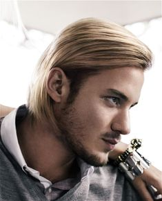 This very chic and neat blonde bob for men is a clever way to add volume and movement to very thin straight hair. Rockabilly Short Hair, Mens Rockabilly Hairstyles, Quiff Hairstyles, Cool Hairstyles, Fashion Hairstyles, Blonde Hairstyles, One Length Haircuts, Haircuts For Long Hair, Haircuts For Men