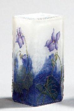 DAUM Nancy Vase diabolo de section losangée en verre multicouche à marbrures