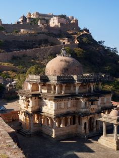 Kumbhalgarh Fort in Rajastan, India is a Mewar fortress Aravalli Hills, near Udaipur. This fort is known as 'Great Wall of India' the largest, continuous wall in the world. Lord Shiva temple with the Great Wall in the background. India Architecture, Ancient Architecture, Gothic Architecture, Places To Travel, Places To Visit, Site Archéologique, Amazing India, India Tour, Rajasthan India