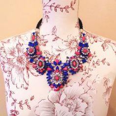 collar azul y rosa