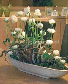 bloemstuk met houtschijfjes, redelijk experimenteel leuk bloemen omhoog en takken lekker wild, best modern