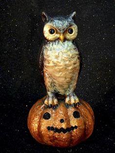 Paper pulp owl on jack o lantern with glitter. Halloween Owl, Halloween Patterns, Spirit Halloween, Halloween Treats, Halloween Printable, Holiday Fun, Holiday Decor, Vintage Owl, Hallows Eve