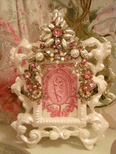 2 Pearl and Pink Vintage Jeweled Picture frame Shabby Chic Frames, Vintage Shabby Chic, Vintage Pink, Jewelry Frames, Jewelry Tree, Frame Crafts, Diy Crafts, Button Art, Antique Lace