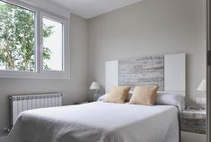 Modern style bedroom by casas cube modern Style Deco, Make A Plan, Spare Room, Modern Bedroom, Cubes, Bungalow, Small Spaces, Mattress, Sweet Home