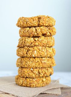 These hearty and healthy pumpkin oat cookies are ideal before or after a workout for a natural energy boost or to kick-start the recovery process. Vegan. GF.