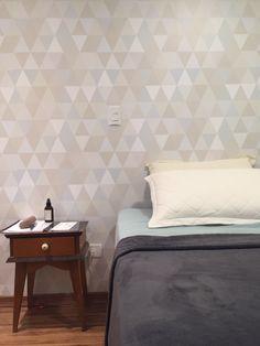 O quarto de nossa cliente Marina Marques ficou muito charmoso com o papel de parede geométrico triângulos em tons bege, marrom, verde água e cinza - PA8681