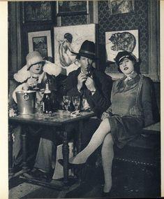 photo noir et blanc : Sam Granowsky, surnommé le Cow-boy de Montparnasse, au café La Rotonde, vers 1925