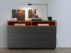 minimalisitsche schwarze Kommode orange Regale Schlafzimmer