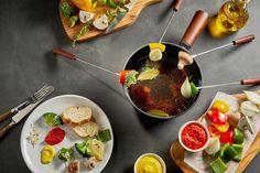 Wir erklären euch, wie ihr ein vegetarisches Fondue mit Gemüse im Bierteig zubereiten könnt - das Ganze funktioniert aber auch klassisch mit Gemüsebrühe.