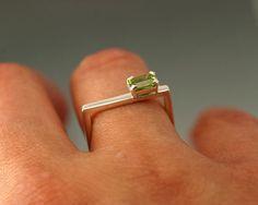 Piedra preciosa color plata Square ring, peridoto Esmeralda cortar piedras preciosas en esbelta Plaza anillo, piedra plata cuadrado -Este anillo está disponible en muchas opciones de color de las piedras preciosas naturales en un 4 x 6 o en tamaño de 5X7m. ** Me mano hacer cada